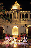 Asie/Inde/Rajasthan/Udaipur : Hôtel Taj Lake Palace sur le lac Pichola - Spectacle de musiciens et danseurs traditionnels