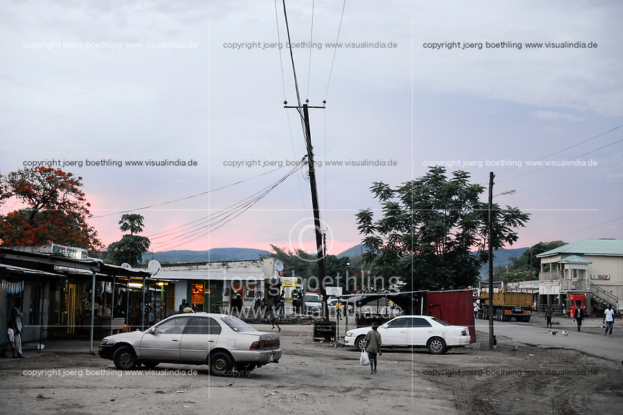 SAMBIA, Sinazongwe District, town Sinazese, main road at evening