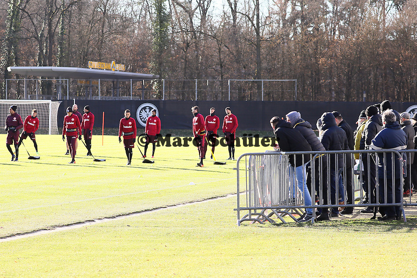 Viele Fans sehen beim ersten Training nach dem Trainingslager zu - 17.01.2017: Eintracht Frankfurt Training, Commerzbank Arena