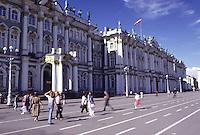 San Pietroburgo gente nella strada davanti al museo dell'Hermitage,