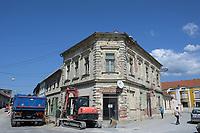 CROATIA, Pakrac, war aftermaths of the war between serbs and croatians 1991-95, destroyed and abandoned building / KROATIEN, Pakrac, Kriegsschäden des Balkankrieges zwischen Serben und Kroaten 1991-95, Pakrac blieb während der Zeit des Kroatienkriegs in kroatischer Hand und wurde als Frontstadt hart umkämpft, wobei viele historische Bauten schwer beschädigt wurden.