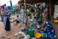 MALI, Bamako, IDP camp Niamana, Peulh women with indigo ink painted face/ Flüchtlingslager Niamana, Peul Fluechtlinge aus der Region Mopti, Frau mit Indigo Farbe bemaltem Gesicht, zwischen den Ethnien Peul und Dogon kam es in der Region Mopti zu gewaltsamen Auseinandersetzungen