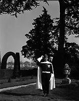 Domaine de la Flambelle, entre l'avenue des Arènes-Romaines et le chemin de la Flambère. Le 31 Octobre 1964. Vue d'un garde dans un parc.