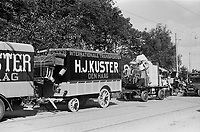Photo from the NIOD's Huizinga collection. A truck from a moving company evacuates residents from the Marlot district in The Hague due to launches of V2 rockets.