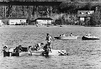 Recherche des noyés dans le Lac d'Argent, Eastman, Aout 1878<br /> <br /> Teams of divers work on an attempt yesterday to raise the bus that sank in Lac d'Argent<br /> <br /> 1978<br /> <br /> PHOTO :  Dick Loeb - Toronto Star Archives - AQP