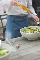 Europe/France/Provence-Alpes-Côte d'Azur/13/Bouches-du-Rhône/Env d'Arles/Le Sambuc:Service au  Restaurant Bio: La Chassagnette - Assaisonnement d'une salade