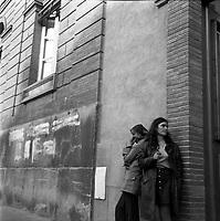 """Double crime d'Ondes. Les assassins keller et Horneich <br /> <br /> """"+ M. Dalas chef du SRPJ"""" Devant l'entrée du Palais de Justice, place du Parlement. 4 octobre 1972. plan 3/4 de deux jeunes femmes attendant à côté de l'entrée du palais, appuyée contre le mur (femmes ou amies des suspects?). Cliché pris le lendemain de l'arrestation des deux suspects Joseph Keller et Marcellin Horneich dans l'affaire du double meurtre d'Ondes. Observation: Dans la nuit du 29 au 30 août 1972, un couple de touristes anglais autostoppeurs, est assassiné à Ondes (José Clive Latter 23 ans et Joy Joffe 20 ans). Un mois après, les auteurs du crime sont interpelés : ils s'agit de Marcellin Horneich et son neveu Joseph Keller. Ils avouent leur crime le 4 octobre 1972. Après 4 ans d'instruction, ils sont condamnés à mort le 25 juin 1976 par la Cour d'Assises de la Haute-Garonne. Le 8 janvier 1977, ils sont tous les deux graciés par le Président Valéry Giscard d'Estaing."""