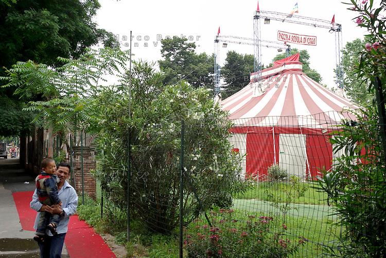 """milano, quartiere sarpi - chinatown. il tendone della piccola scuola di circo --- milan, sarpi district - chinatown. the big top of the """"small circus school"""""""