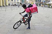 """- Milano, """"riders"""", fattorini per la consegna veloce  in bicicletta di generi alimentari<br /> <br /> - Milan, """"riders"""", bellboys for fast delivery of groceries by bike"""