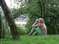 Vogelbeobachtung, Vogel-Beobachtung mit Fernglas, Mädchen, Kind guckt mit Fernglas nach Vögeln,Vogel, Vögel, in Streuobstwiese