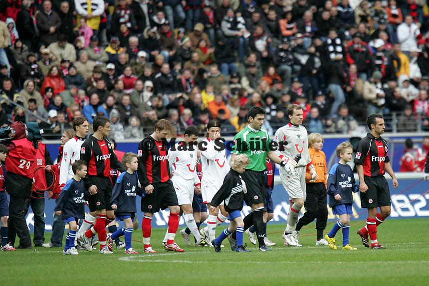 Einlauf der Teams von Eintracht Frankfurt und Hannover 96