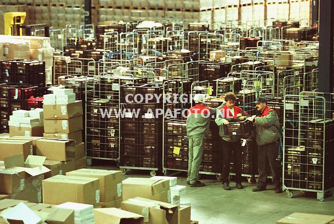 Gennep,10-06-99  foto:Koos Groenewold<br />Bij vervoerder Van Der Graaf in Gennep staan momenteel goederen die uit de schappen van Albert Hein vestigingen zijn gehaald omdat ze mogelijk dioxine bevatten.