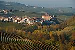 Italien, Piemont, Region Langhe, Barolo: beruehmter Weinbauort, malerische Herbstlandschaft   Italy, Piedmont, Region Langhe, Barolo: famous wine village, picturesque autumn landscape