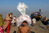 BANGLADESH, cyclone Sidr and high tide destroy villages in Southkhali in District Bagerhat, victims receive relief goods / BANGLADESCH, der Wirbelsturm Zyklon Sidr und eine Sturmflut zerstoeren Doerfer im Kuestengebiet von Southkhali, Opfer erhalten Hilsgueter