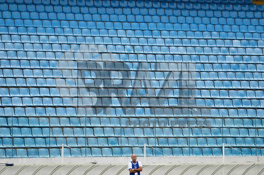 BARUERI, SP, 11 DE JANEIRO DE 2013 -COPA SÃO PAULO DE FUTEBOL JUNIOR - CONFIANÇA (SE) x SERTÃOZINHO: Técnico do Confiança (SE) durante partida Confiança (SE) x Sertãozinho (SE), válida pela primeira fase da Copa São Paulo de Futebol Junior, disputado na Arena Barueri. FOTO: LEVI BIANCO - BRAZIL PHOTO PRESS