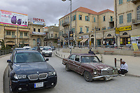 LEBANON Baalbek in Beqaa valley, old town, new BMW SUV car and old Mercedes Benz / LIBANON Baalbek in der Bekaa Ebene, Altstadt