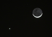 BOGOTA-COLOMBIA-11-12-2012.La Luna y el planeta Júpiter fotografiados en la madrugada.The Moon and the planet Jupiter photographed at dawn.Photo:VizzorImage/Felipe Caicedo. .
