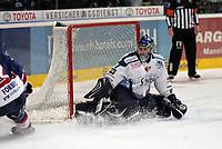 Goalie Mike Bales (Straubing) haelt gegen Colin Forbes (Adler)<br /> Adler Mannheim vs. Straubing Tigers, SAP Arena<br /> *** Local Caption *** Foto ist honorarpflichtig! zzgl. gesetzl. MwSt. <br /> Auf Anfrage in hoeherer Qualitaet/Aufloesung. Belegexemplar an: Marc Schueler, Am Ziegelfalltor 4, 64625 Bensheim, Tel. +49 (0) 6251 86 96 134, www.gameday-mediaservices.de. Email: marc.schueler@gameday-mediaservices.de, Bankverbindung: Volksbank Bergstrasse, Kto.: 151297, BLZ: 50960101