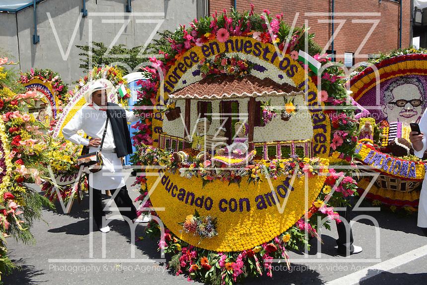MEDELLÍN - COLOMBIA, 10-08-2014. El tradicional desfile de silleteros se realizó hoy, 10 agosto de 2014, por las calles de Medellín en la versión 57 de la Feria de las Flores 2014 que se realiza en la capital de Antioquia./ The tradictional Silleteros parade was made today, 10 July 2014, by the streets of Medellin at the 57th version of Flower Fair 2014 that takes place in the Antioquia's capital. Photo: VizzorImage / Luis Rios/ Str