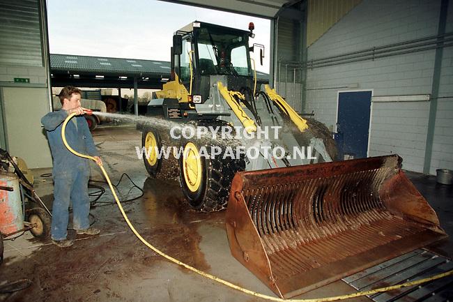 Scherpenzeel,06-01-99  foto:Koos Groenewold (APA)<br />Bij loonbedrijf worden de machines alvast schoongespoten voor de open dag van a.s. vrijdag.Uniek is dat dit binnen gebeurt,zodat men nooit last heeft van de vorst bij het schoonmaken.