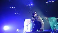 """Die Saengerin der Band Silbermond Stefanie Kloss singt am Samstag (25.11.12) zum Tour-Auftakt der """"Himmel auf""""-Tour in der Arena Leipzig in Leipzig. Foto: aif / Norman Rembarz"""