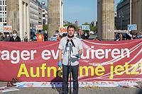 """Mehrere Menschenrechts- und Fluechtlingsorganisationen haben auf einer Kundgebung am Donnerstag den 23. April 2020 in Berlin von den EU-Staaten die rasche Aufnahme von Fluechtlingen aus Griechenland gefordert. Die Camps auf den griechischen Inseln muessten angesichts der Corona-Krise sofort aufgeloest werden, denn sie drohten zu """"pandemischen Hotspots"""" zu werden, hiess es in einem Aufruf des Republikanischen Anwaeltinnen- und Anwaeltevereins (RAV). Dazu fand am Donnerstag in Berlin eine Kundgebung statt, die live im Internet uebertragen wurde. Daran beteiligten sich unter anderem auch Vertreter von Amnesty International, vom European Center for Constitutional and Human Rights (ECCHR), vom Unteilbar-Buendnis sowie Vertreter weiterer Organisationen.<br /> Die Kundgebung fand mit 20 Personen unter den strengen Auflagen anlaesslich der Covid-19-Pandemie statt.<br /> Im Bild: Peer Stolle, Rechtsanwalt und Vorsitzender des RAV.<br /> 23.4.2020, Berlin<br /> Copyright: Christian-Ditsch.de<br /> [NUR FUER REDAKTIONELLE ZWECKE! Werbung nur auf Anfrage beim Fotografen. Inhaltsveraendernde Manipulation des Fotos nur nach ausdruecklicher Genehmigung des Fotografen. Vereinbarungen ueber Abtretung von Persoenlichkeitsrechten/Model Release der abgebildeten Person/Personen liegen nicht vor. NO MODEL RELEASE! Don't publish without copyright Christian-Ditsch.de, Veroeffentlichung nur mit Fotografennennung, sowie gegen Honorar, MwSt. und Beleg. Konto: I N G - D i B a, IBAN DE58500105175400192269, BIC INGDDEFFXXX, Kontakt: post@christian-ditsch.de<br /> Bei der Bearbeitung der Dateiinformationen darf die Urheberkennzeichnung in den EXIF- und  IPTC-Daten nicht entfernt werden, diese sind in digitalen Medien nach §95c UrhG rechtlich geschuetzt. Der Urhebervermerk wird gemaess §13 UrhG verlangt.]"""