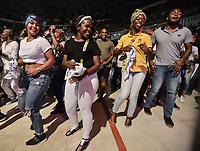 CALI - COLOMBIA. 14-08-2019: Asistentes disfrutan de la música durante el primer día del XXIII Festival de Música del Pacífico Petronio Alvarez 2019 el festival cultural afro más importante de Latinoamérica y se lleva acabo entre el 14 y el 19 de agosto de 2019 en la ciudad de Cali. / Assistants enjoy the music during the XXII Pacific Music Festival Petronio Alvarez 2019 that is the most important afro descendant cultural festival of Latin America and takes place between August 14 and 19, 2019, in Cali city. Photo: VizzorImage/ Gabriel Aponte / Staff