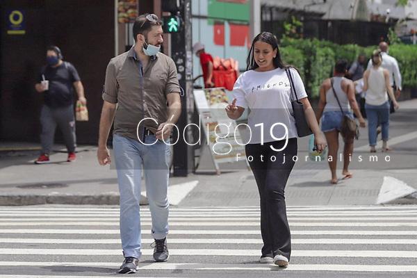 São Paulo (SP), 11/03/2021 - Fase Vermelha - Movimentação de pessoas com e sem máscara na Avenida Paulista na tarde desta quinta-feira (11), momento no qual o Governador do Estado apresentava medidas emergenciais para o Plano São Paulo. Todo o Estado de São Paulo se encontra na fase vermelha do plano São Paulo e sob toque de restrição de circulação. O Brasil bateu recorde de mortes por Coronavirus (COVID-19) nas últimas 24h e o Estado de São Paulo segue com  taxa recorde de ocupação de leitos de UTI.
