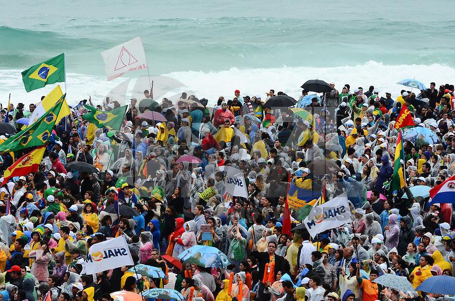 RIO DE JANEIRO, RJ, 25 DE JULHO DE 2013 -JMJ RIO 2013-PAPA FRANCISCO EM COPACABANA-Milharres de fiéis, peregrinos e voluntários chegam a praia de Copacabana na tarde desta quinta-feira,25, para a missa com o Papa Francisco, na zona sul do Rio de Janeiro.FOTO:MARCELO FONSECA/BRAZIL PHOTO PRESS