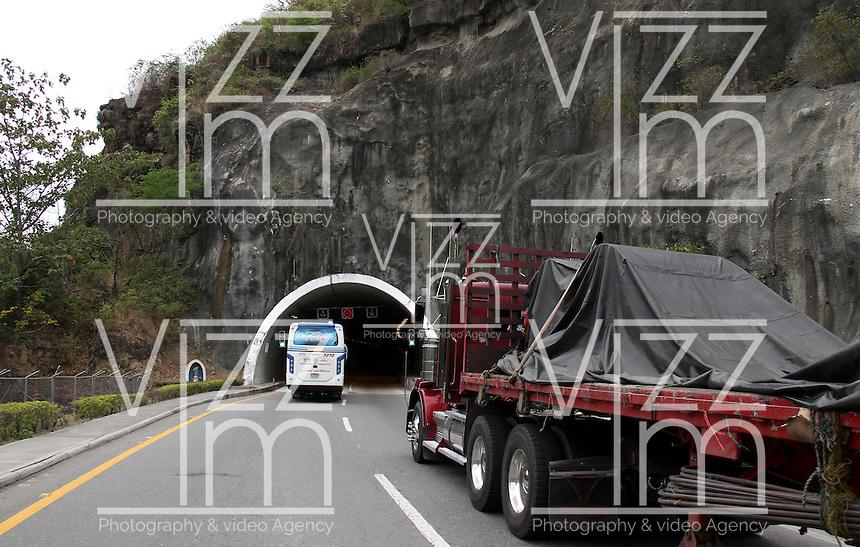 COLOMBIA-TOLIMA- 9-09-2014. Carreteras ,transporte por carreteras , camiones, tractomulas . roads , trucks .Photo: VizzorImage/ Felipe Caicedo / Staff