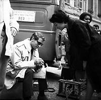 """Tournage du film """"La Bourse ou la Vie"""" de Jean Pierre Mocky, dans le quartier de St Sernin, Tououse, France, novembre 1965<br /> <br /> Le 2 novembre 1965. Vue de Jean Poiret sur le tournage<br /> <br /> PHOTO:  Fonds André Cros,"""