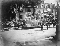 Char allegorique du siege de Quebec <br /> lors du defile de la Saint-Jean-Baptiste, le 24 juin 1909 <br /> <br /> <br /> PHOTO :  Stroud Photographic Supply Co