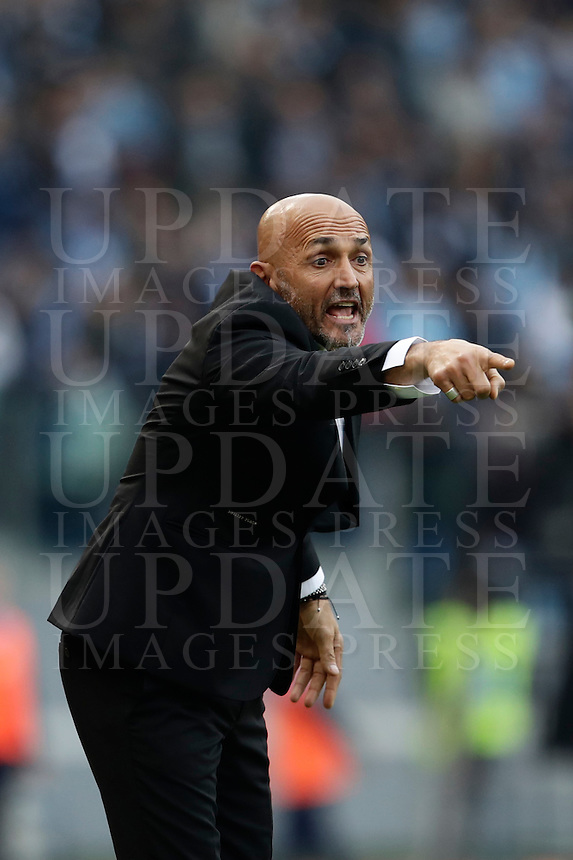 Calcio, Serie A: Lazio vs Roma. Roma, stadio Olimpico, 4 dicembre 2016.<br /> Roma's coach Luciano Spalletti gestures to his players during the Italian Serie A football match between Lazio and Rome at Rome's Olympic stadium, 4 December 2016. Roma won 2-0.<br /> UPDATE IMAGES PRESS/Isabella Bonotto