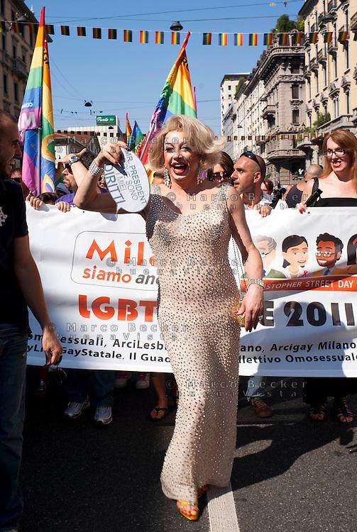 Milano, gay pride parade 2011. Un uomo travestito da Marilyn Monroe --- Milan, gay pride parade 2011. A man dressed as Marilyn Monroe