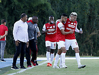 RIONEGRO - COLOMBIA, 30-01-2021: Kevin Osorio de Independiente Santa Fe celebra el gol anotado a Rionegro Aguilas Doradas durante partido de la fecha 3 entre Rionegro Aguilas Doradas y el Independiente Santa Fe por la Liga BetPlay DIMAYOR I 2021, jugado en el estadio Alberto Grisales de la ciudad de Rionegro. / Kevin Osorio of Independiente Santa Fe celebrates a goal scored to Rionegro Aguilas Doradas during a match of the 3rd date between Rionegro Aguilas Doradas and Independiente Santa Fe for the BetPlay DIMAYOR I 2021 League, played at Alberto Grisales stadium in Rionegro city. / Photo: VizzorImage / Juan Cardona / Cont.