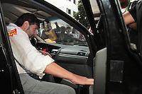 RIO DE JANEIRO, RJ, 30.09.2013 - VEREADOR E HOSTILIZADO POR MANIFESTANTES - O vereador Marcelino D Almeida (PSB) foi hostilizado por manifestantes quando saiu da câmara dos vereadores e se dirigiu ao seu carro nessa segunda 30. (Foto: Levy Ribeiro / Brazil Photo Press)