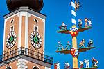 Deutschland, Bayern, Oberpfalz, Naturpark Oberer Bayerischer Wald, Cham: Turm der Stadtpfarrkirche St. Jakob und Maibaum - Detail | Germany, Bavaria, Upper Palatinate, Nature Park Upper Bavarian Forest, Cham: spire of parish church St. Jacob and maypole - close-up