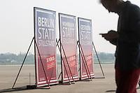 """SPD-Berlin stellt Plakate zum Volksbegehren Tempelhofer Feld vor.<br />Am Donnerstag den 3. April 2014 stellte die Berliner SPD auf dem Gelaende des ehemaligen Flughafen Tempelhof ihre Plakate zum Volksbegehren Tempelhofer Feld vor. Die SPD schlaegt fuer das Volksbegehren einen Gesetzestext vor, in den eine Bebauung des Tempelhofer Feldes mit ca. 4.700 Wohnungen, Unternehmen, Sport- und Kindereinrichtungen vor. Fuer die Haelfte der Wohnungen will die SPD einen qm-Preis von 6,- bis 8,- Euro garantieren. Die Slogans auf den Plakaten lauten """"Wohnraum statt Stillstand"""", Gestalten statt Stillstand"""" und """"Berlin statt Stillstand"""" und suggerieren, dass Forderungen der Buergerinitiative 100% Tempelhof Stillstand fuer Berlin seien. Die Buergerinitiative hatte mit Unterschriftensammlungen das Volksbegehren erwirkt. Es wird am 25. Mai 2014 parralell zur Europawahl stattfinden.<br />3.4.2014, Berlin<br />Copyright: Christian-Ditsch.de<br />[Inhaltsveraendernde Manipulation des Fotos nur nach ausdruecklicher Genehmigung des Fotografen. Vereinbarungen ueber Abtretung von Persoenlichkeitsrechten/Model Release der abgebildeten Person/Personen liegen nicht vor. NO MODEL RELEASE! Don't publish without copyright Christian-Ditsch.de, Veroeffentlichung nur mit Fotografennennung, sowie gegen Honorar, MwSt. und Beleg. Konto:, I N G - D i B a, IBAN DE58500105175400192269, BIC INGDDEFFXXX, Kontakt: post@christian-ditsch.de]"""