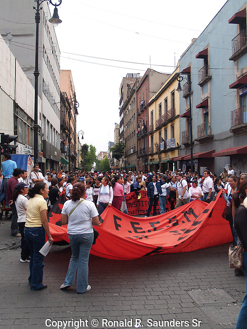 MEXICAN STUDENTS DEMONSTRATE PEACEFULLY
