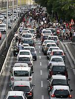 Migliaia di persone in bicicletta invadono la tangenziale bloccando il traffico delle automobili a Roma, 31 maggio 2008, per la Ciemmona, Critical Mass Interplanetaria. .Thousands of people invade the beltway blocking cars traffic in Rome, 31 may 2008, during the Interplanetary Critical Mass. .UPDATE IMAGES PRESS/Riccardo De Luca