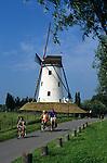 Belgium, West-Flanders, Damme near Bruges: Cyclists passing windmill | Belgien, Westflandern, Damme bei Bruegge: auf der Radtour vorbei an einer Windmuehle