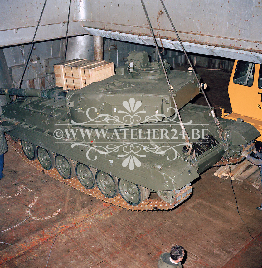December 1983. Een tank voor het leger van Thailand wordt in een schip geladen.