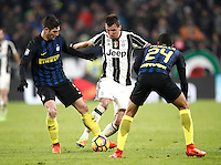 Calcio, Serie A: Torino, Juventus Stadium, 5 febbraio 2017.<br /> Inter Milan' Roberto Gagliardini (l) and Jeison Murillo (r) in action with Juventus' Mario Mandzukic (c) during the Italian Serie A football match between Juventus and Inter Milan at Turin's Juventus Stadium, on February 5, 2017.<br /> UPDATE IMAGES PRESS/Isabella Bonotto
