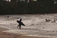 Na praia  do Marahú, banhada pelas águas da baia do Marajó, foz do rio Amazonas, surfistas e desportistas radicais aproveitam as ondas e o ventos em praias de água doce na ilha do Mosqueiro , distrito de Belém, a 65 km da capital paraense, Belém, Pará, BrasilFoto Paulo Santos06/10/2011