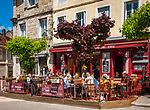 Frankreich, Bourgogne-Franche-Comté, Département Jura, Poligny (Jura): Café und Restaurant 'Aux Platanes' auf dem Place des Déportés im Zentrum der Altstadt | France, Bourgogne-Franche-Comté, Département Jura, Poligny (Jura): café and restaurant 'Aux Platanes' at square Place des Déportés in old town centre