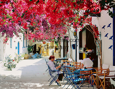 Griechenland, Dodekanes, Insel Kos, Kos-Stadt: Cafe Szene mit Bougainvillea | Greece, Dodecanese, Kos Island, Kos-Town: Cafe Scene with Bougainville