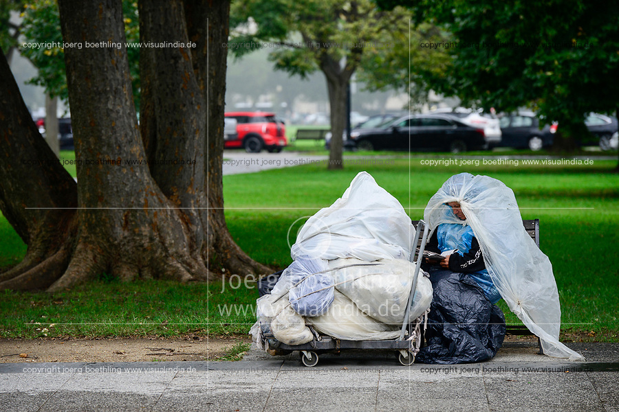 USA, Washington DC, homeless woman in park near White House / USA, Washington DC, obdachlose Frau im Park beim  weissen Haus
