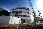 GELDERMALSEN - Op bedrijventerrein Hondsgemet in Geldermalsen bouwt bouwbedrijf Concrex aan haar eigen nieuwe hoofdkantoor. Het bedrijf dat is gespecialiseerd in bedrijfsgebouwen in beton, krijgt een opvallend, door Forum Architecten uit Tilburg ontworpen kantoorgebouw dat niet alleen in een eclipsvorm is gebouwd maar ook schijnbaar onregelmatig gevormde raamkozijnen krijgt. Het pand voor ruim 2000 m2 groot, krijgt een achterliggende bedrijfsruimte en moet over enkele maanden klaar zijn. COPYRIGHT TON BORSBOOM