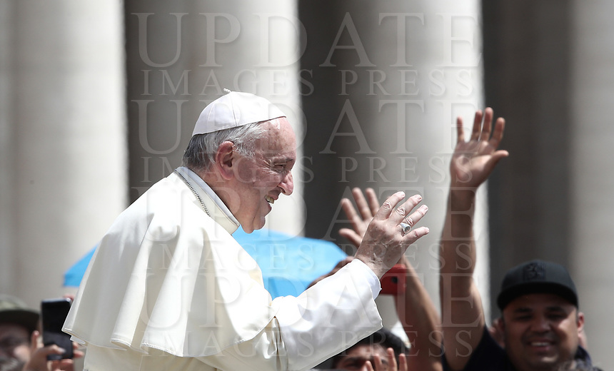 Papa Francesco saluta i fedeli al termine dell'udienza generale del mercoledi' in Piazza San Pietro, Citta' del Vaticano, 6 giugno, 2018.<br /> Pope Francis waves to faithful as he leaves at the end of his weekly general audience in St. Peter's Square at the Vatican, on June 6, 2018.<br /> UPDATE IMAGES PRESS/Isabella Bonotto<br /> <br /> STRICTLY ONLY FOR EDITORIAL USE