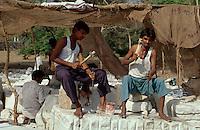 Steinmetze an den Tempeln in Ranakpur, Rajasthan, Indien